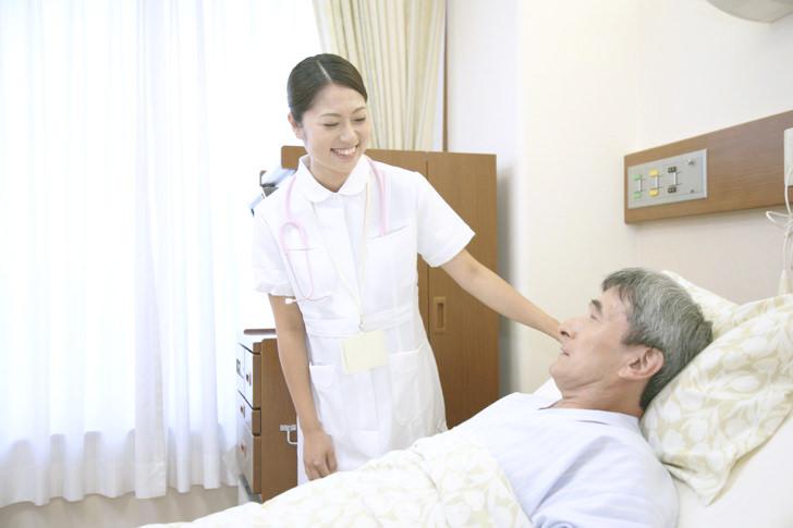 入院患者と看護師
