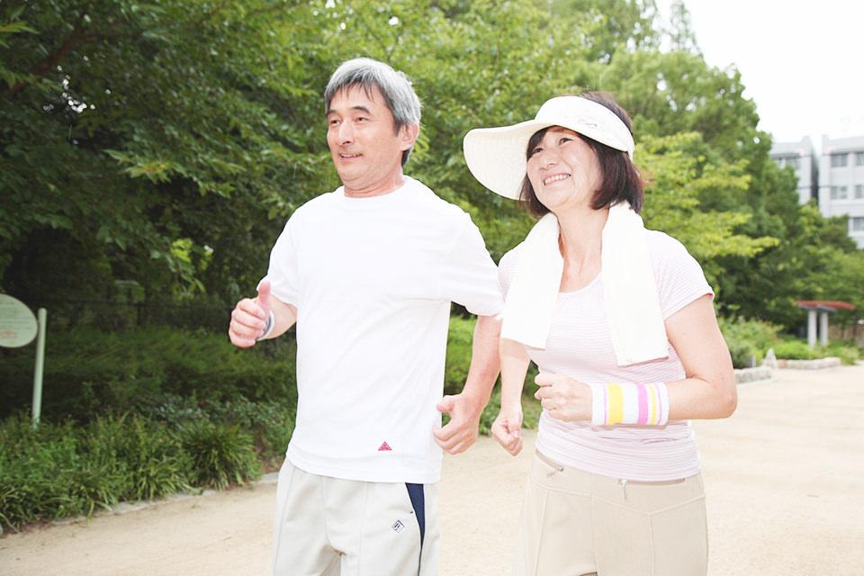 運動をしている老夫婦