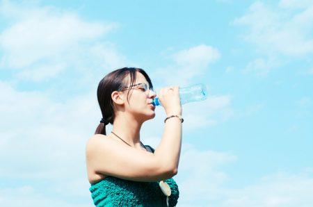 水分補給をする女性ランナー