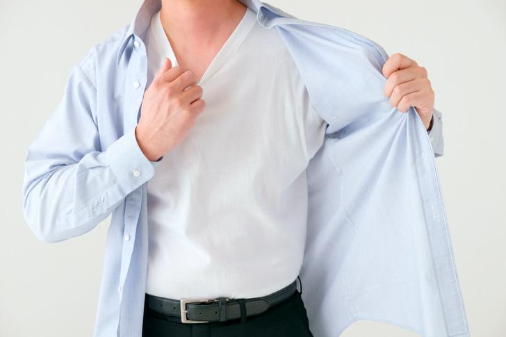 脇汗を乾かそうとする男性